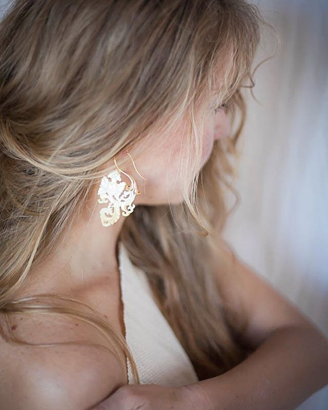 Mother of Pearl shell carefully hand carved in to paisley.  #jewelryboutique #opulentantiquity #carving #motherofpearl #abaloneshell #shell #gold #earringsoftheday #bohostyle #elegantearrings #carving #slowfashion photo by @elenalenalove