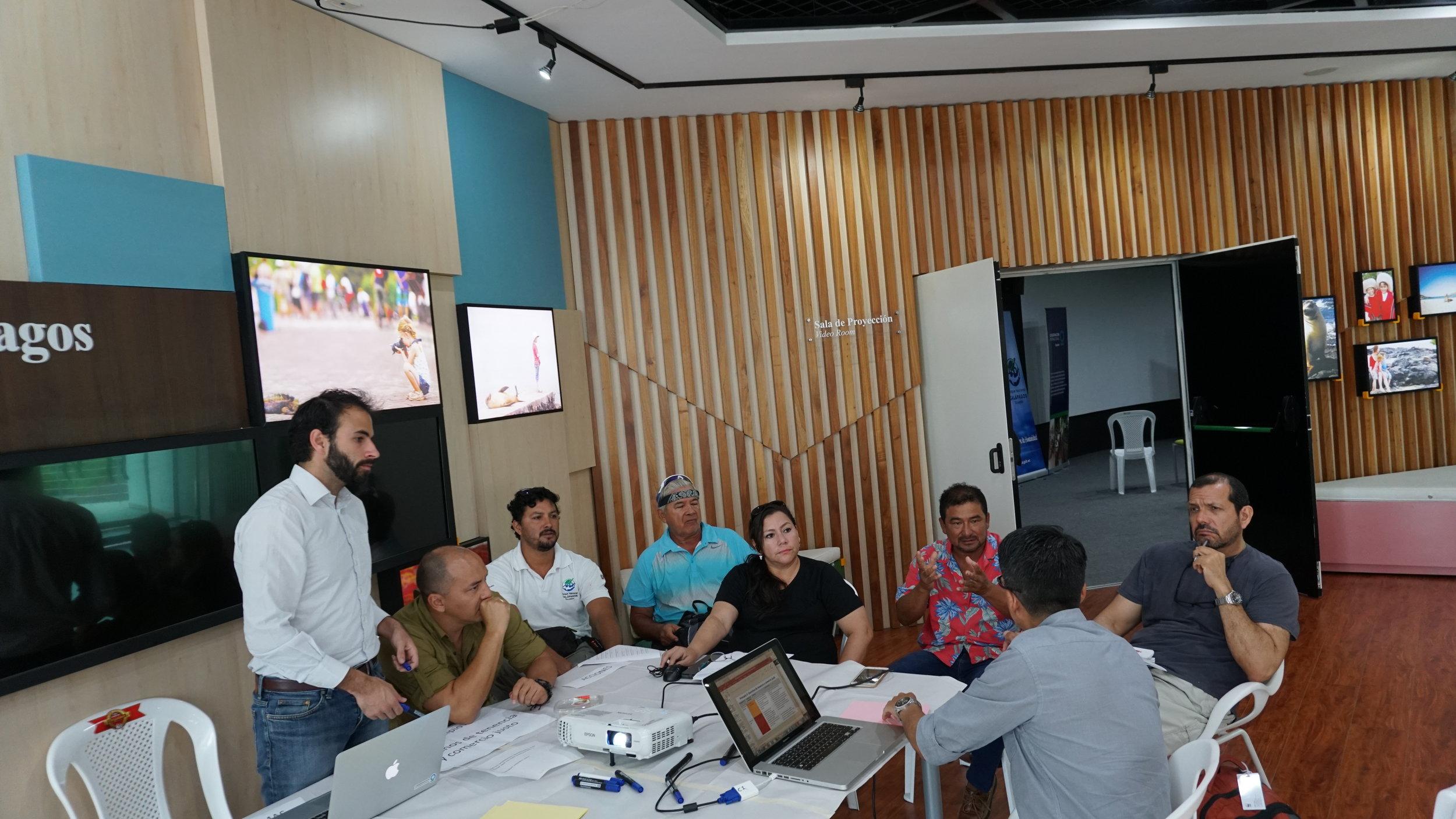 Figura 2 . Pescadores, manejadores e investigadores desarrollando el plan de acción para el mejoramiento de la pesquería de atún con un enfoque integral y comunitario. Foto: Mauricio Castrejón