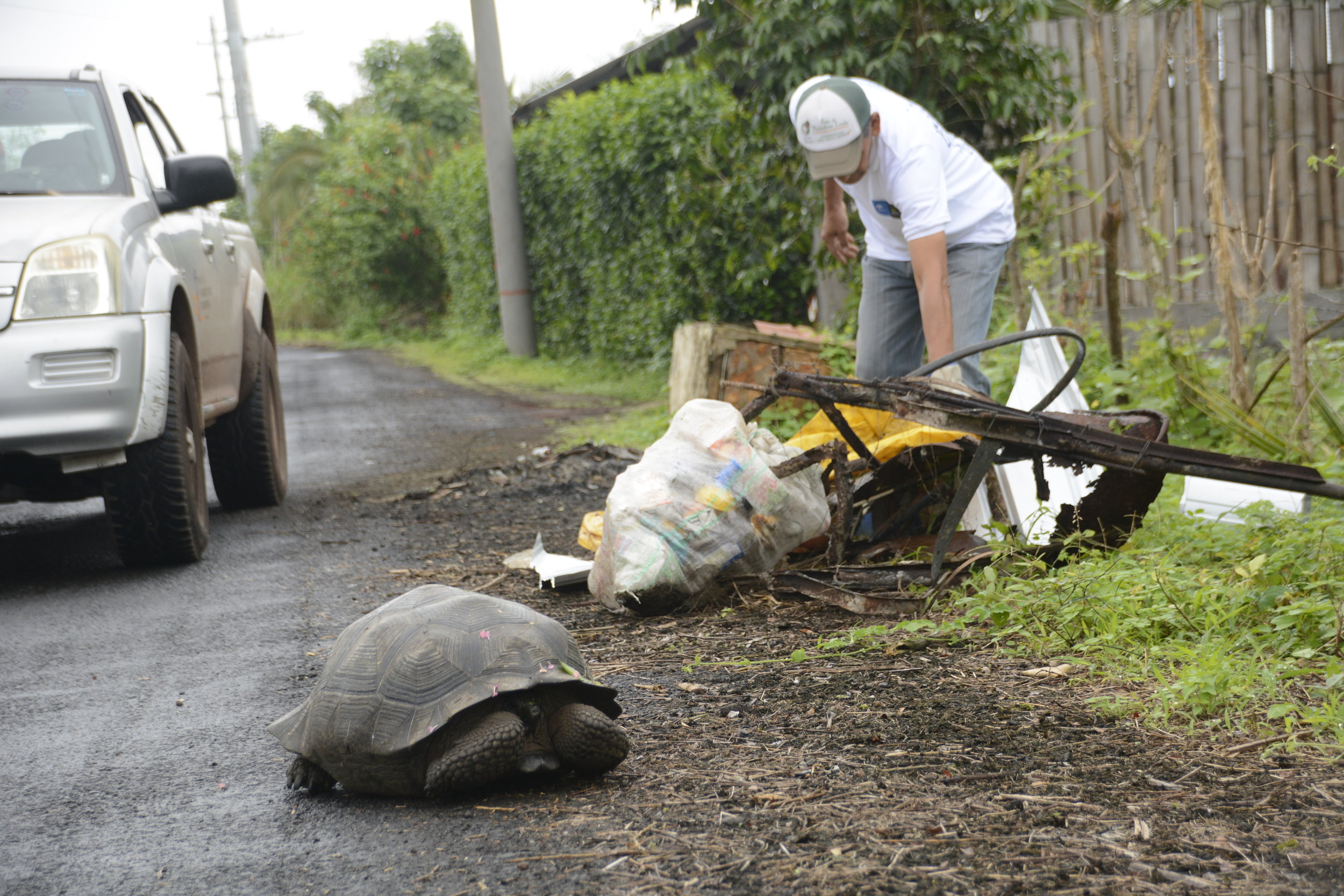Figura 1 . Recolección de desechos en el área rural. Foto: Carolina Peñafiel