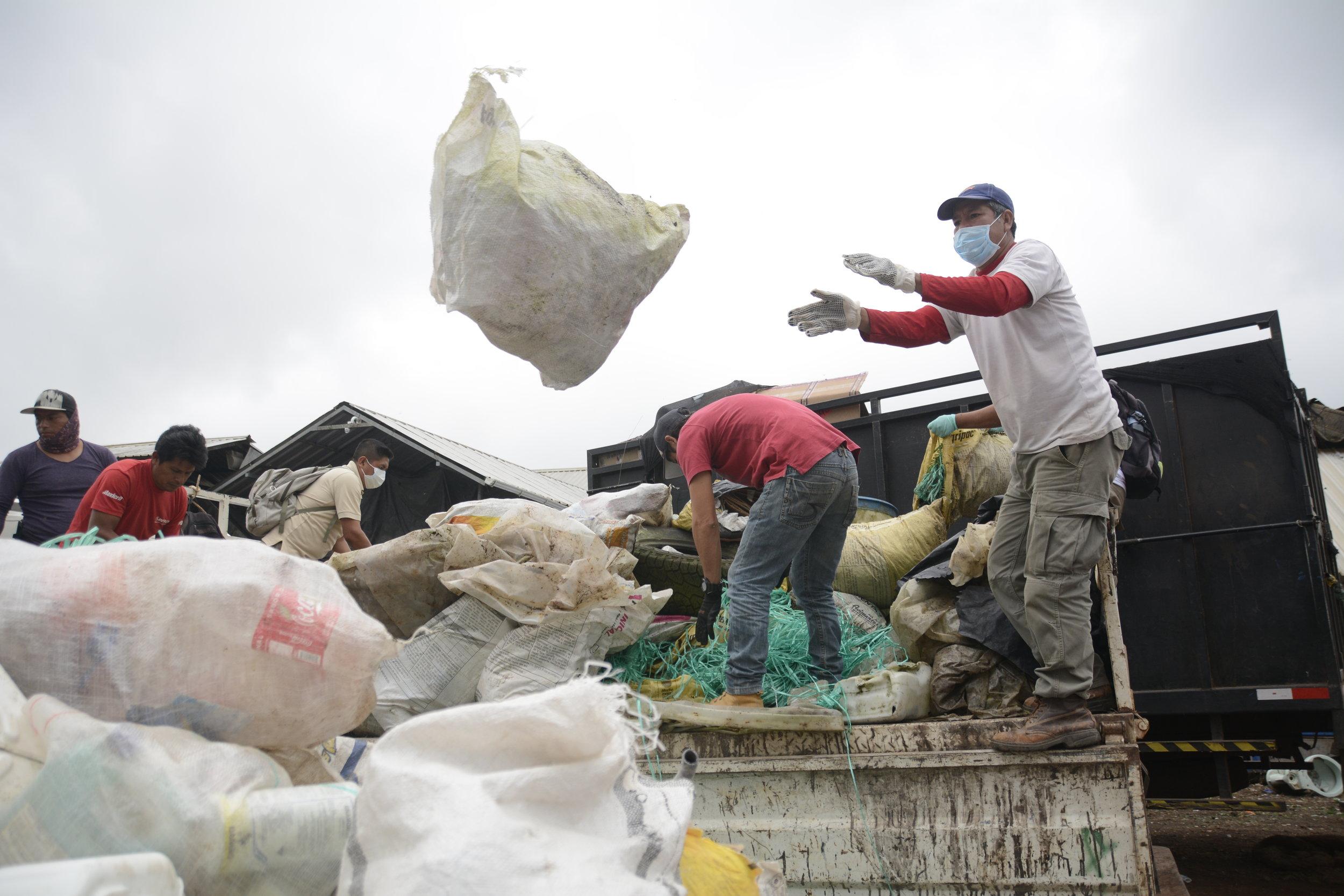 Figura 4 . Entrega de desechos en el Centro de Reciclaje. Foto: Carolina Peñafiel