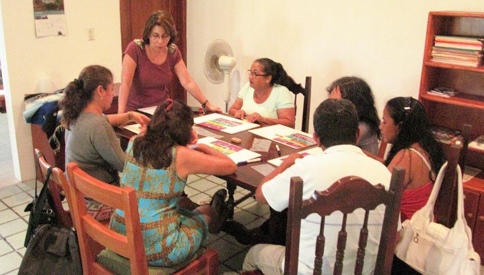 Figura 4 . Miriam Chacón (de pie), líder en Galápagos del Programa de Educación para la Sostenibilidad en Galápagos, facilita un Círculo de Aprendizaje con docentes de Santa Cruz. Foto: Archivos Programa ESG