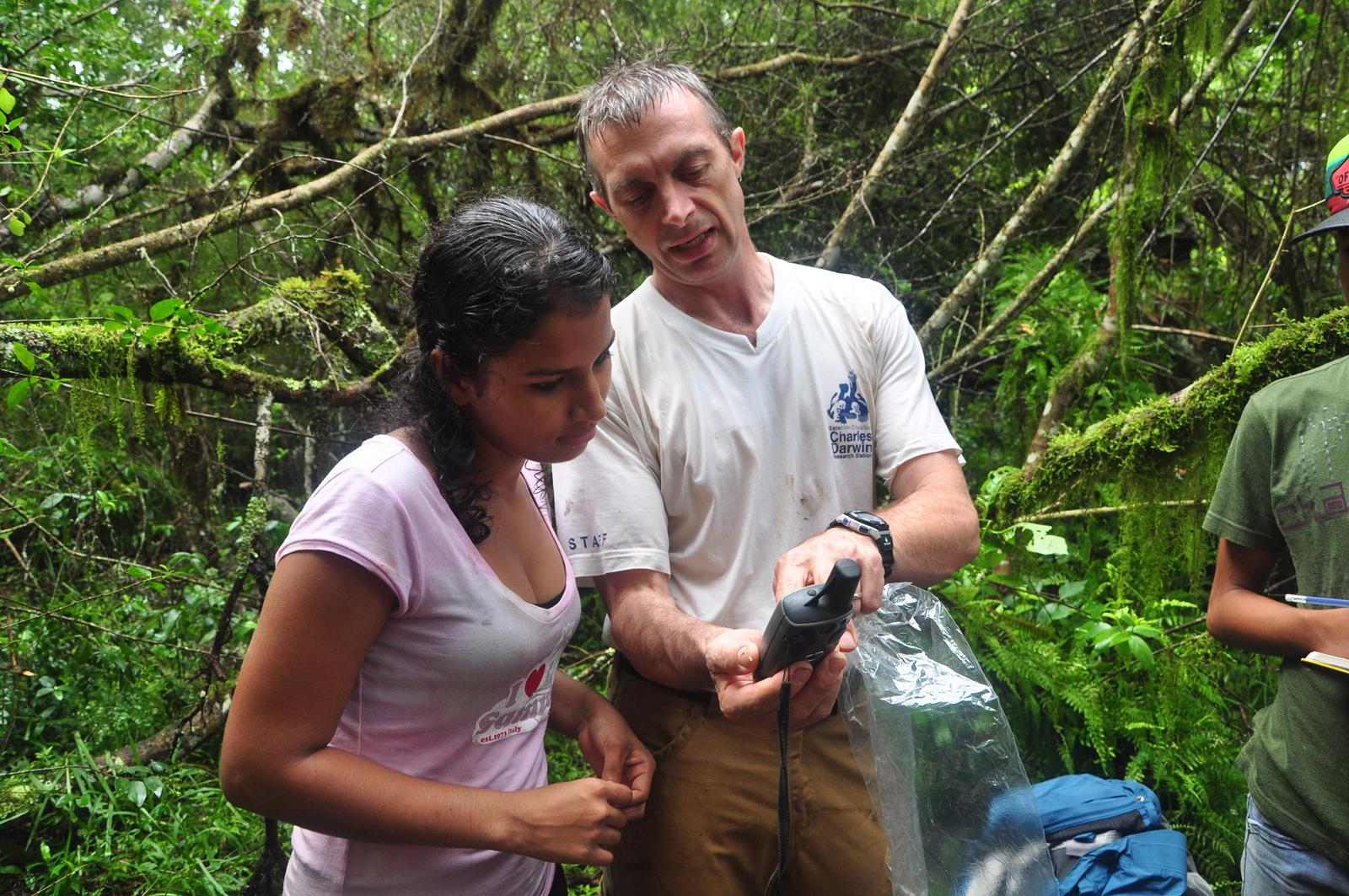 Figura 4 . El Dr. Steve Blake enseña a una estudiante cómo registrar la posición geográfica donde fue encontrada la muestra de excremento a analizar. Foto: archivo EPI