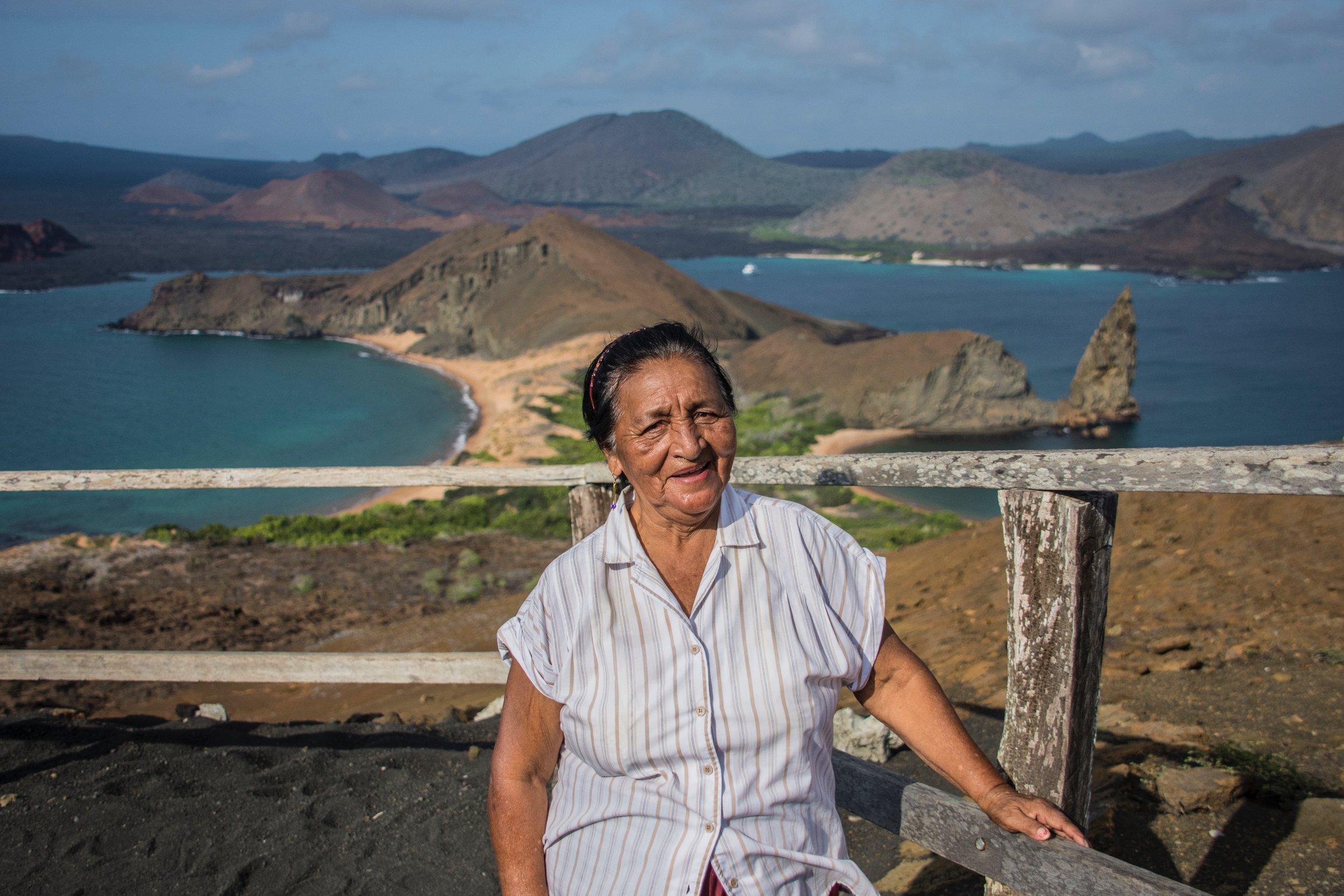 Figura 1 . Carmen Criollo, artesana galapagueña. Foto: Dennis Ballesteros, guía naturalista