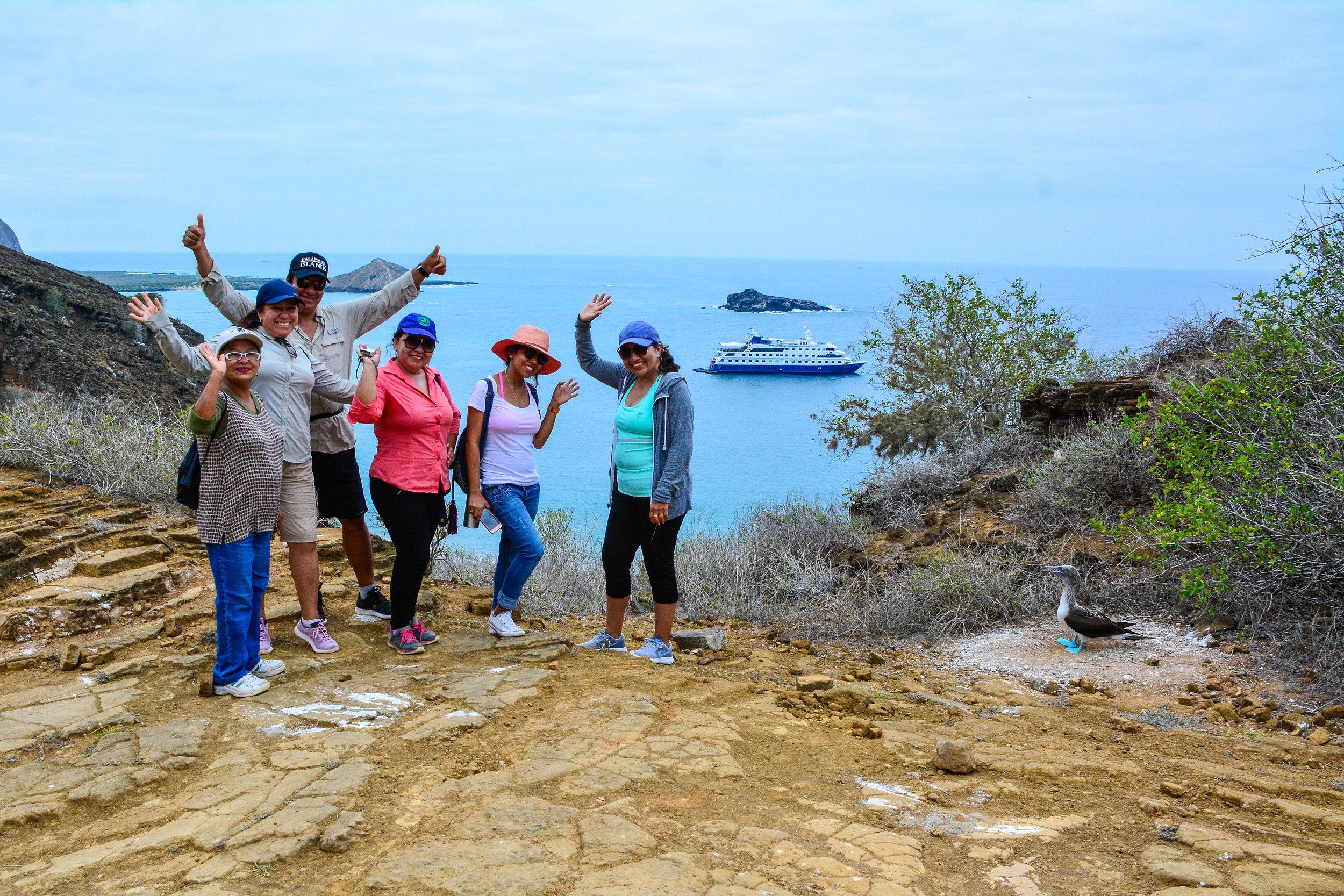 Figura 5 . Grupo de artesanos de Santa Cruz acompañados por la guardaparque Deisy Plaza, sitio de visita Punta Pitt. Foto: Archivo Metropolitan Touring