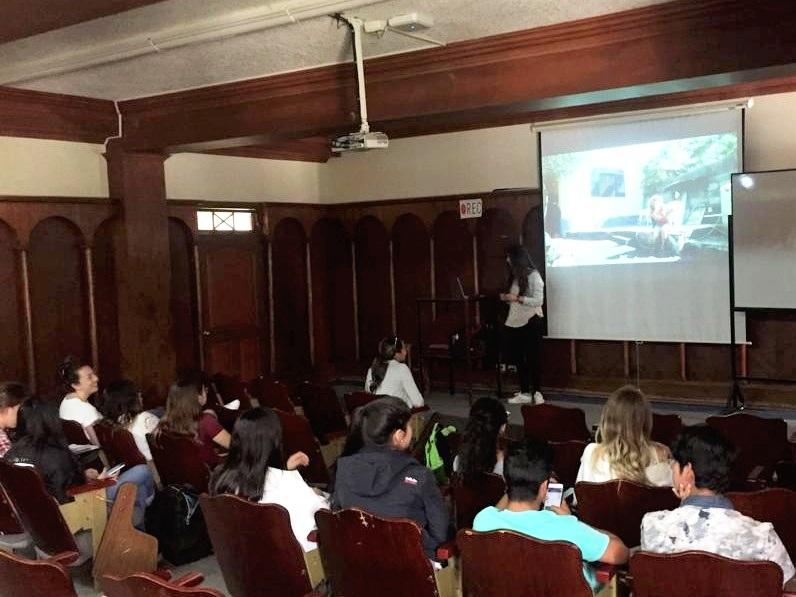 Figura 4 . La pasante Gabriela expone a su clase de veterinaria acerca del rol de los veterinarios en la conservación. Foto: Darwin Animal Doctors