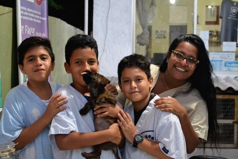 Figura 5 . La voluntaria Nisha con tres jóvenes voluntarios. Foto: Darwin Animal Doctors