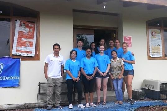 Figura 6 . El equipo después de concluir exitosamente nuestro proyecto piloto en el Parque Artesenal. Foto: Darwin Animal Doctors