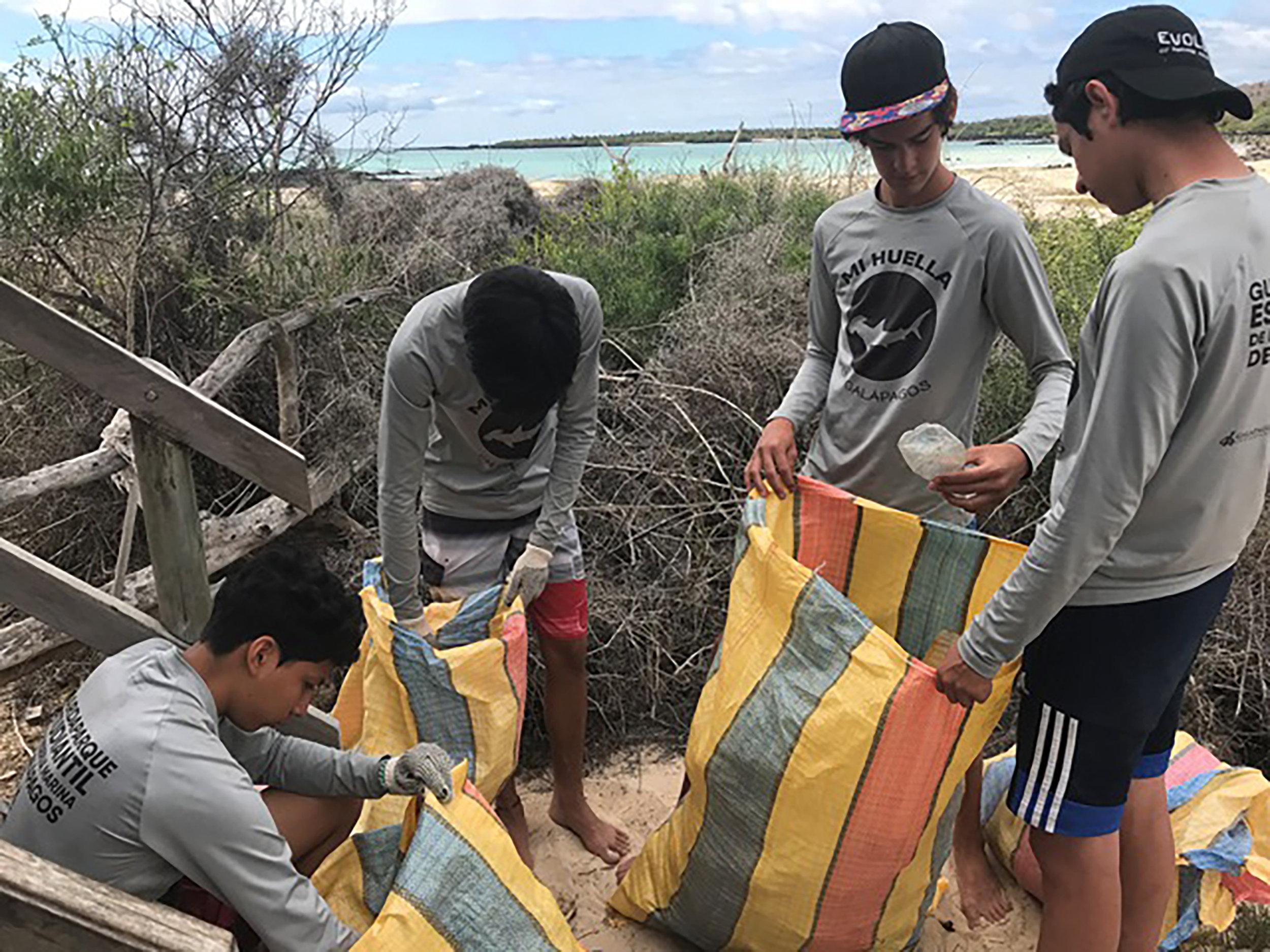 Figura 3 . Niños locales categorizando basura para su análisis después de un día de limpieza costera. Foto: Dirección del Parque Nacional Galápagos