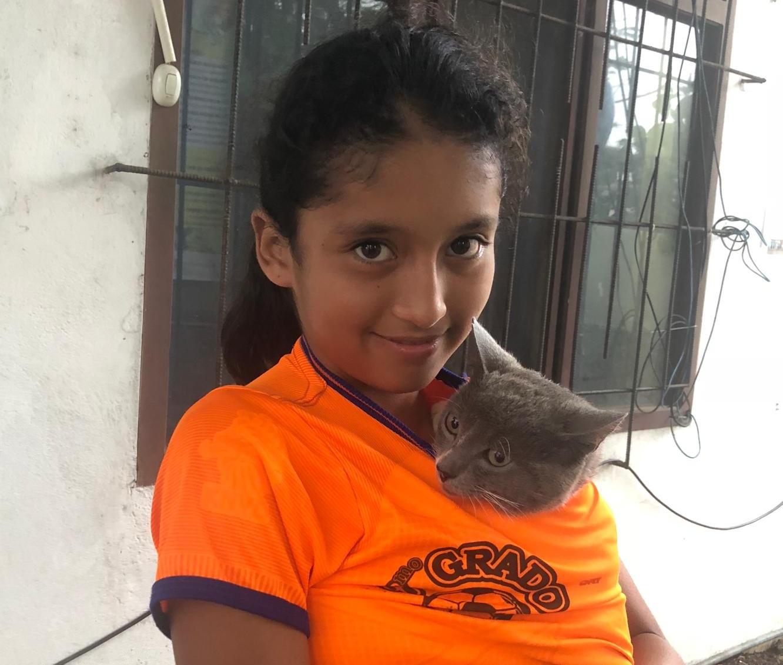 Figura 1 . Selena con Plumito. Foto: Darwin Animal Doctors
