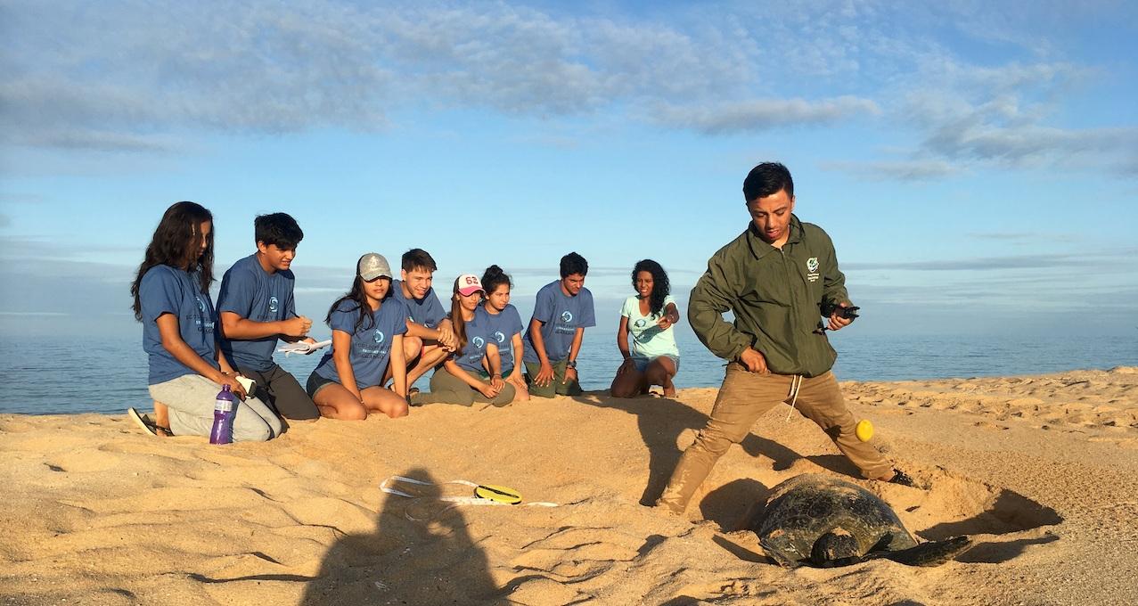 Figura 9 . Miembros del club de ecología de EPI recibiendo entrenamiento en el monitoreo de tortugas marinas. Foto: archivo EPI