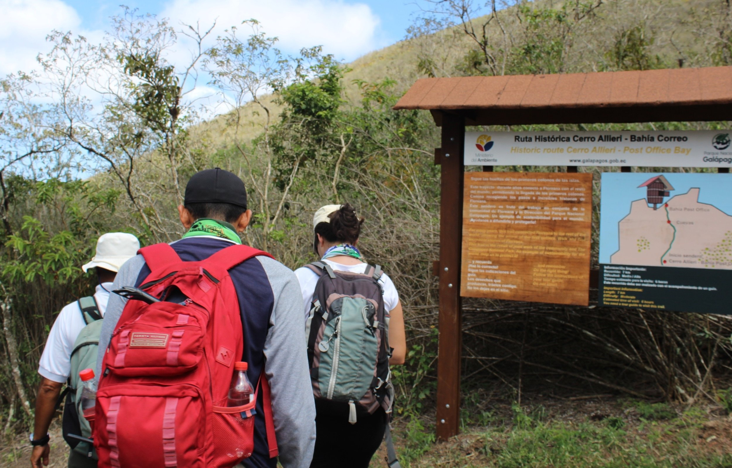 Figure 2 . Group of tourists entering a visitor site. Photo: WWF-Ecuador