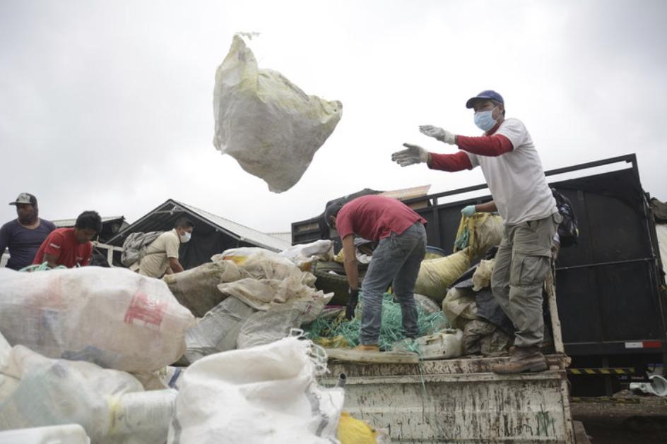 Figure 4 . Volunteers unload waste at a recycling center. Photo: Carolina Peñafiel
