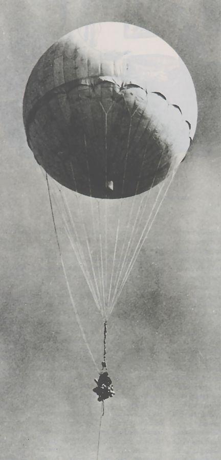 Una bomba FUGOS vuela. Foto: La Crónica SV/ Dominio Publico