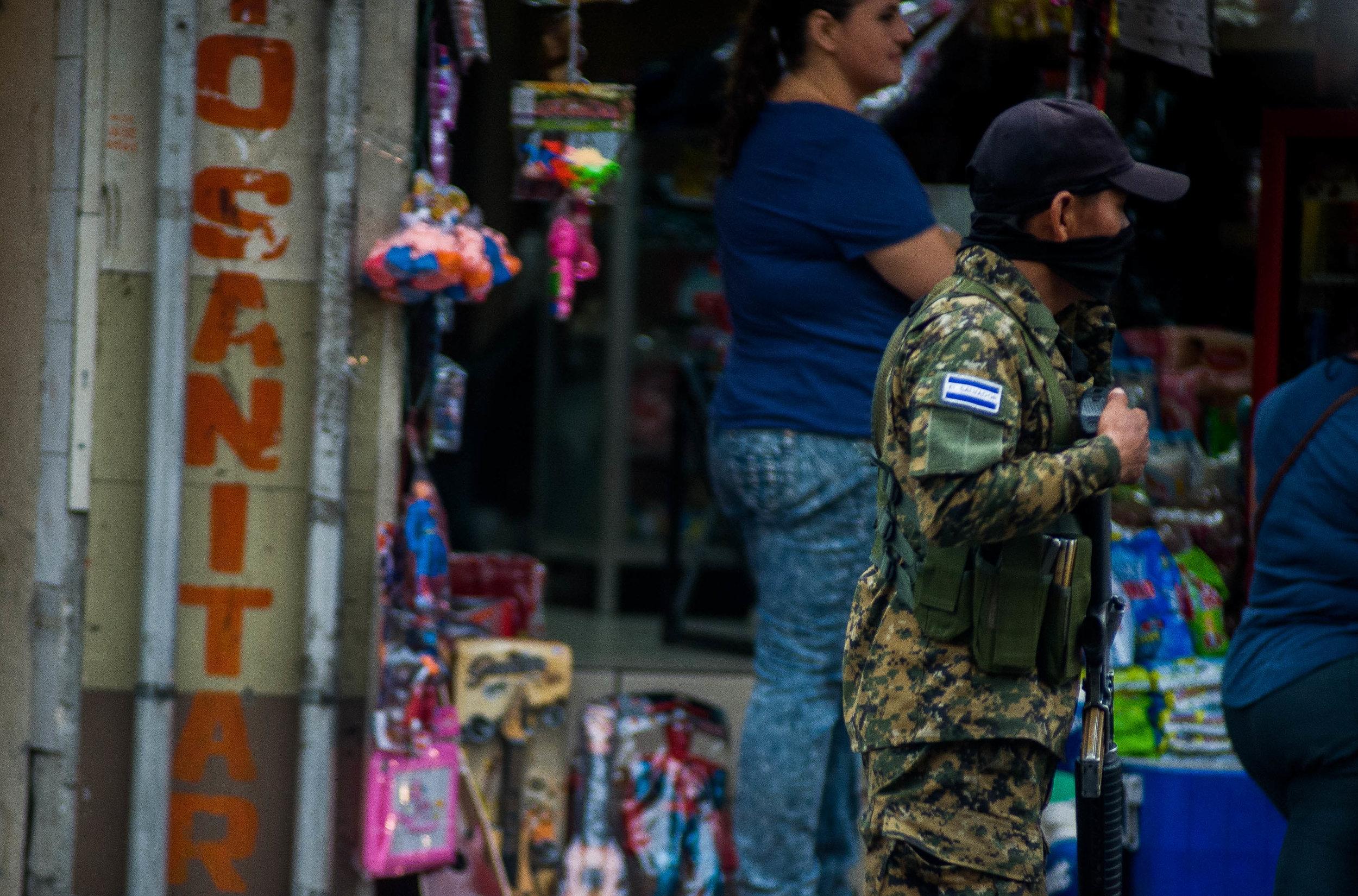 Un soldado patrulla el centro historico de San Salvador. Foto: La Crónica