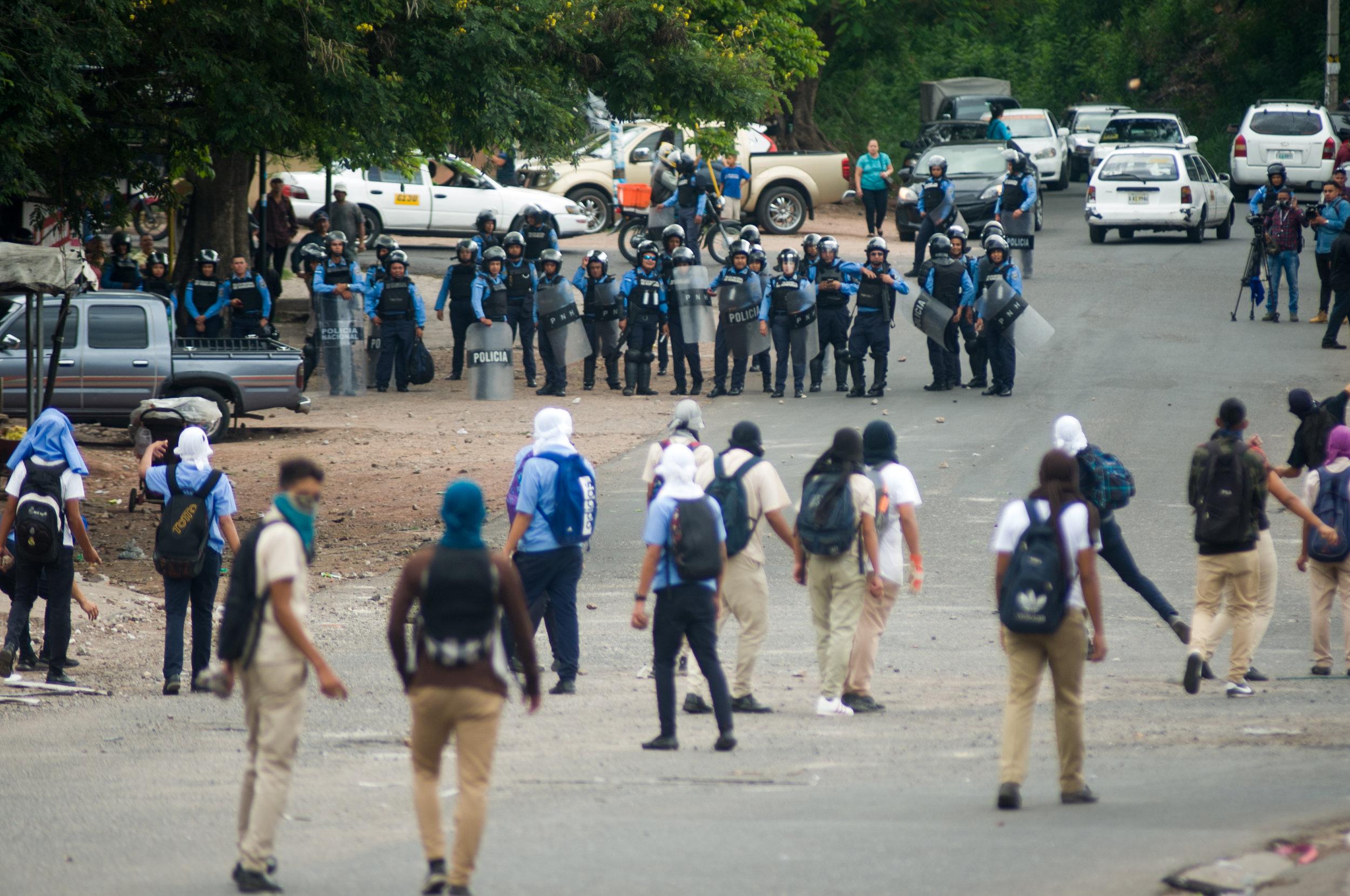 Estudiantes de secundaria se enfrentan a policías y militares. Foto: Camilo Freedman/La Crónica