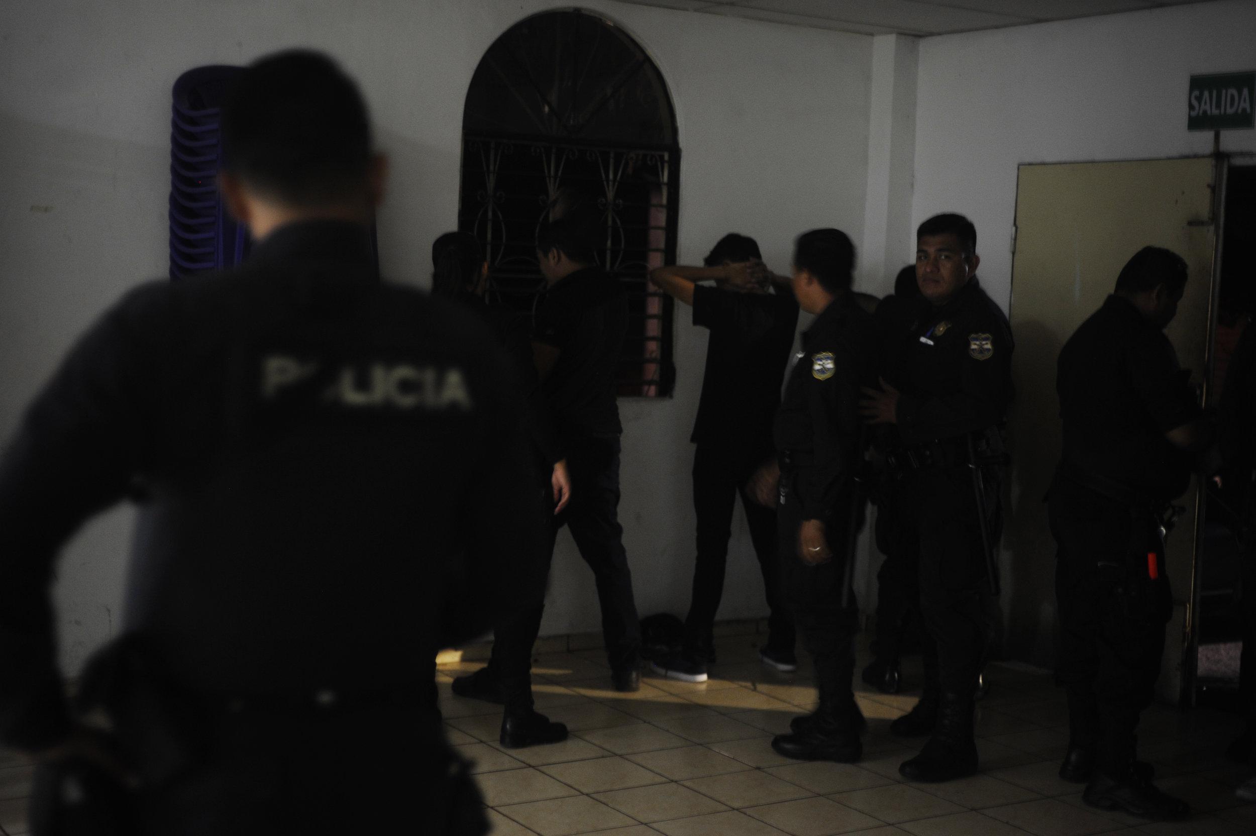 """Agentes de la Policía Nacional Civil realizan una revisión a cada uno de los jóvenes participantes de """"La Recuerda. Foto: Camilo Freedman"""