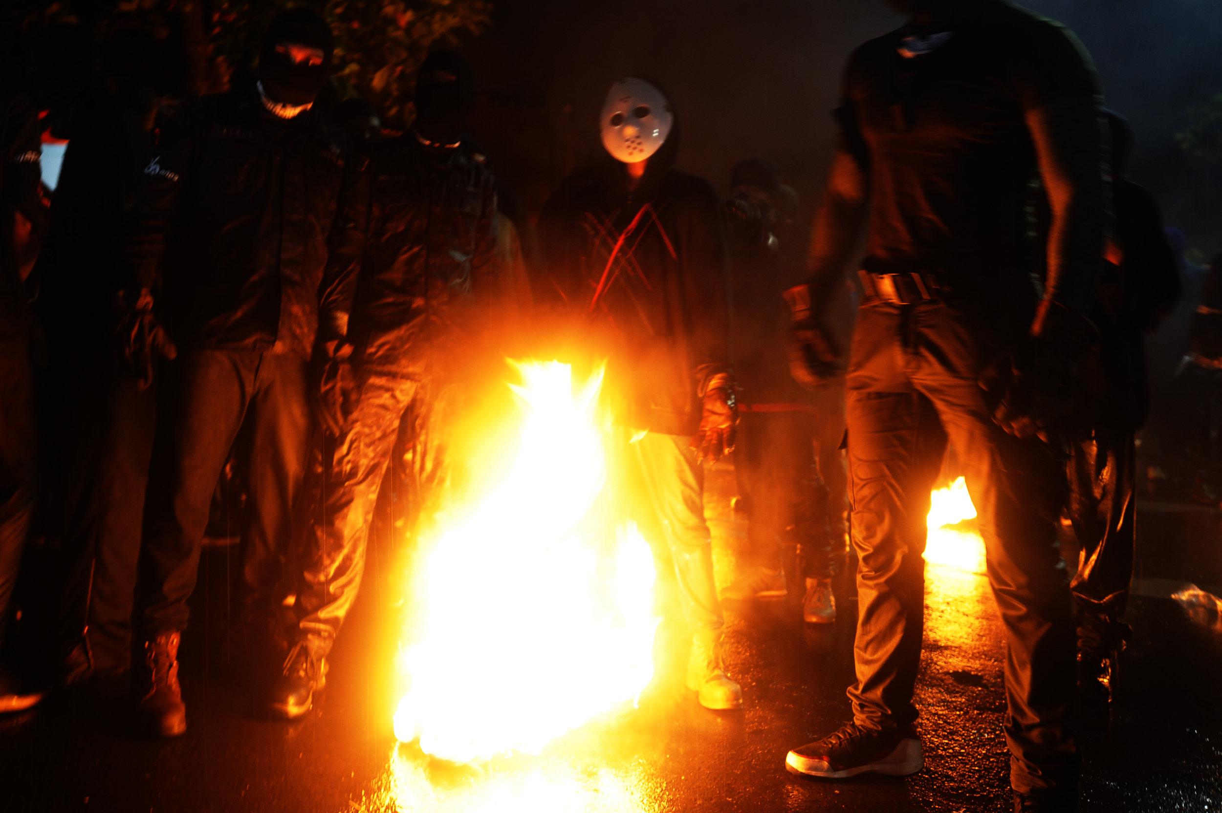 """Jovenes se preparan para iniciar la batalla de """"las bolas de fuego"""", en Nejapa. Foto: Camilo Freedman"""