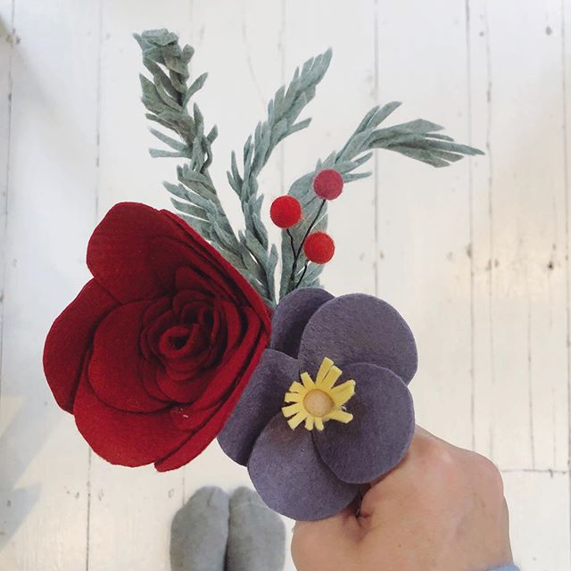 GETTING INTO THE FESTIVE FLORAL SPIRIT Starting to think about Christmas in the studio today! #exciting #mymakebox #feltflowers #craftdesigner #craftsubscriptionbox