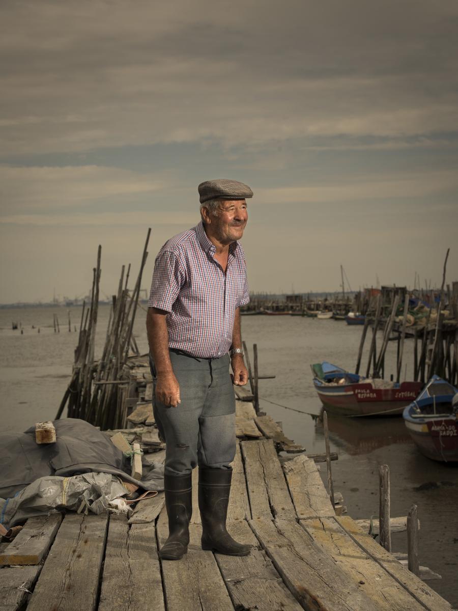 Carmindo, ein einfacher Austern- und Muschelfischer von den Holzstegen- und Hütten des Mais de Palafitas da Carrasqueira in Portugal.