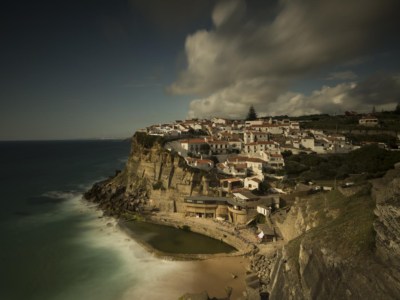 Azenhas do mar, Portugal. Das fotogene Küstendorf verteilt sich wie ein Amphitheater auf einer Steilklippe und ist berühmt für seinen Atlantikpool.