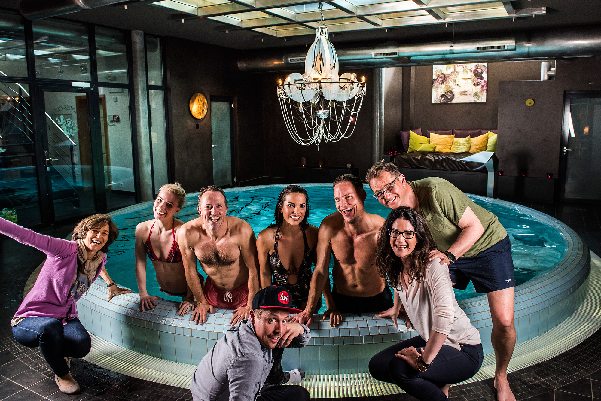 Making of nach dem Shooting im Spa des exklusiven  Hotel Coeur des alpes in Zermatt. Von links nach rechts: Gastgeberin Lena Müller-Julen, Rahel Gonzales, Remo Neuhaus, Andjela Milanovic, Thilo Larsson, Fabienne Steffen, Luc Pauchard und vorne in sexy Schlarpen Enrico Bizzarro :-).