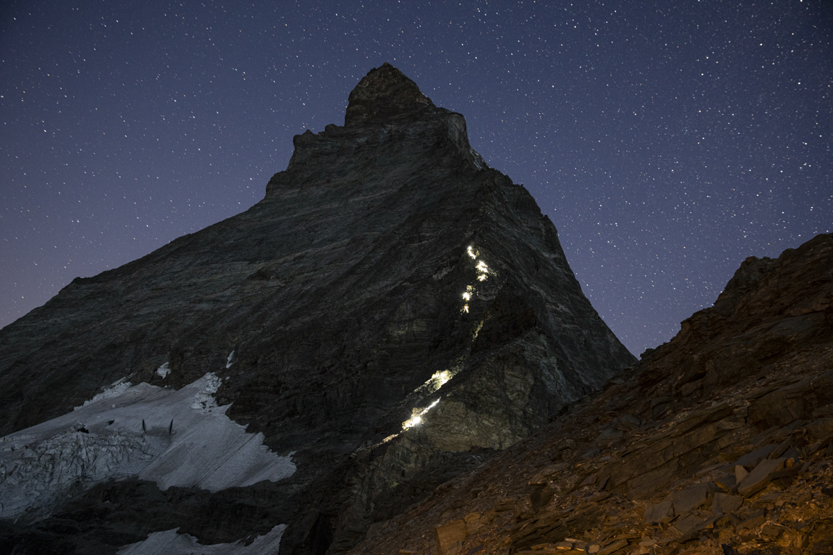 Morgens um vier Uhr. Rund 70 Bergsteiger auf dem Weg zur Matterhorn Spitze. Ein Moment voller Emotionen.
