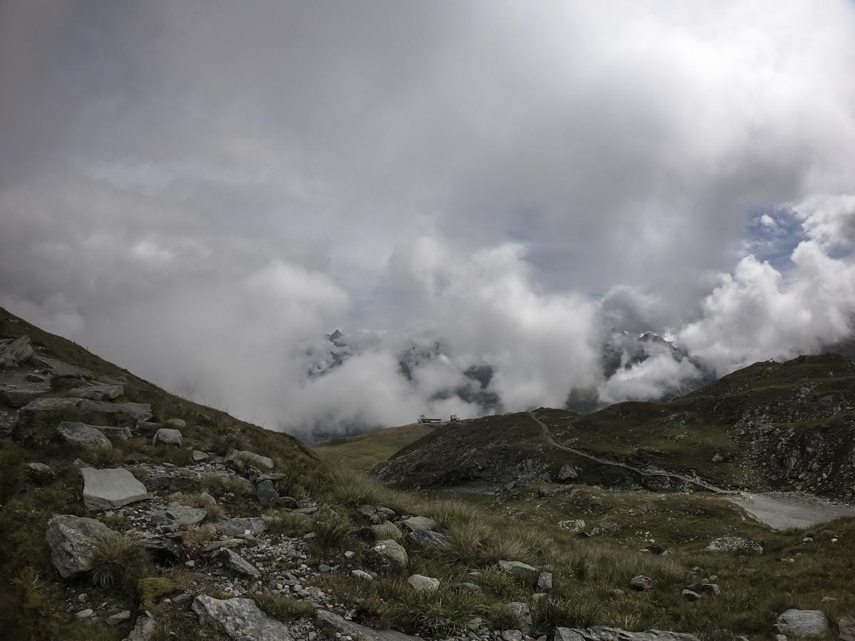 Traumhaft zum Teil mystische Stimmung beim Aufstieg zur Hörnlihütte. Passend zur allgemeinen Gemütslage, da die Spannung, je näher wir dem Matterhorn kamen, fast spürbar anstieg…