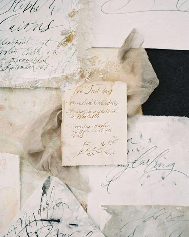 We love beautiful calligraphy like this!! Photo: Lilli Kad Photography #calligraphy #fineartfilm #weddinginvitation