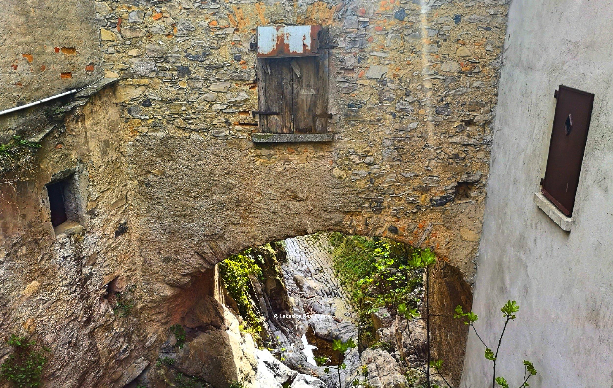 The iconic bridge-house in Colonno
