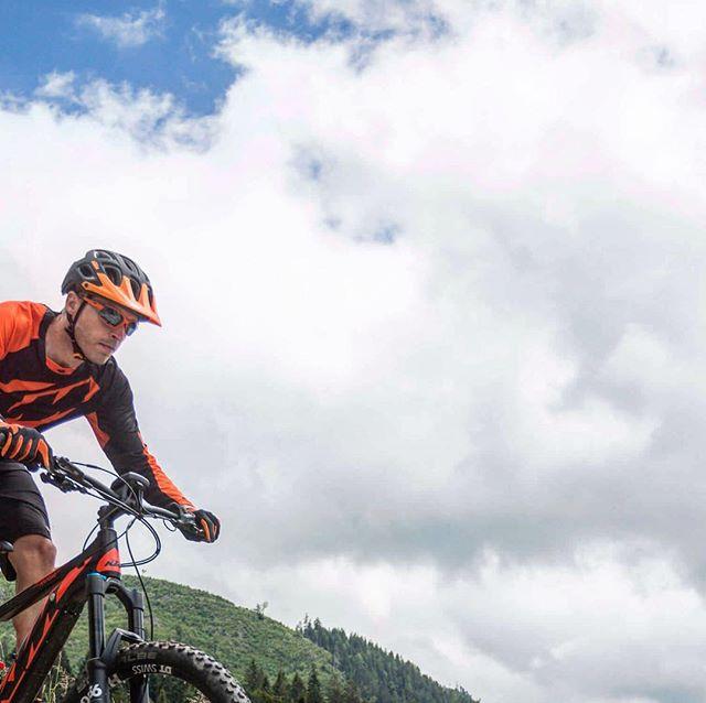 Der Frühling naht! Jetzt Email schreiben und Termin für E-Mountainbike Kennenlern-Ausflüge buchen! 😃🚵🏻🇦🇹 Foto: @ktm_official  #austria #ebike #emountainbike #ebikeadventures #salzkammergut #salzburg #salzburgerland #fuschlsee #hintersee #sport #wolfgangsee #seenregion #oberösterreich #urlaubinösterreich #ostergeschenk