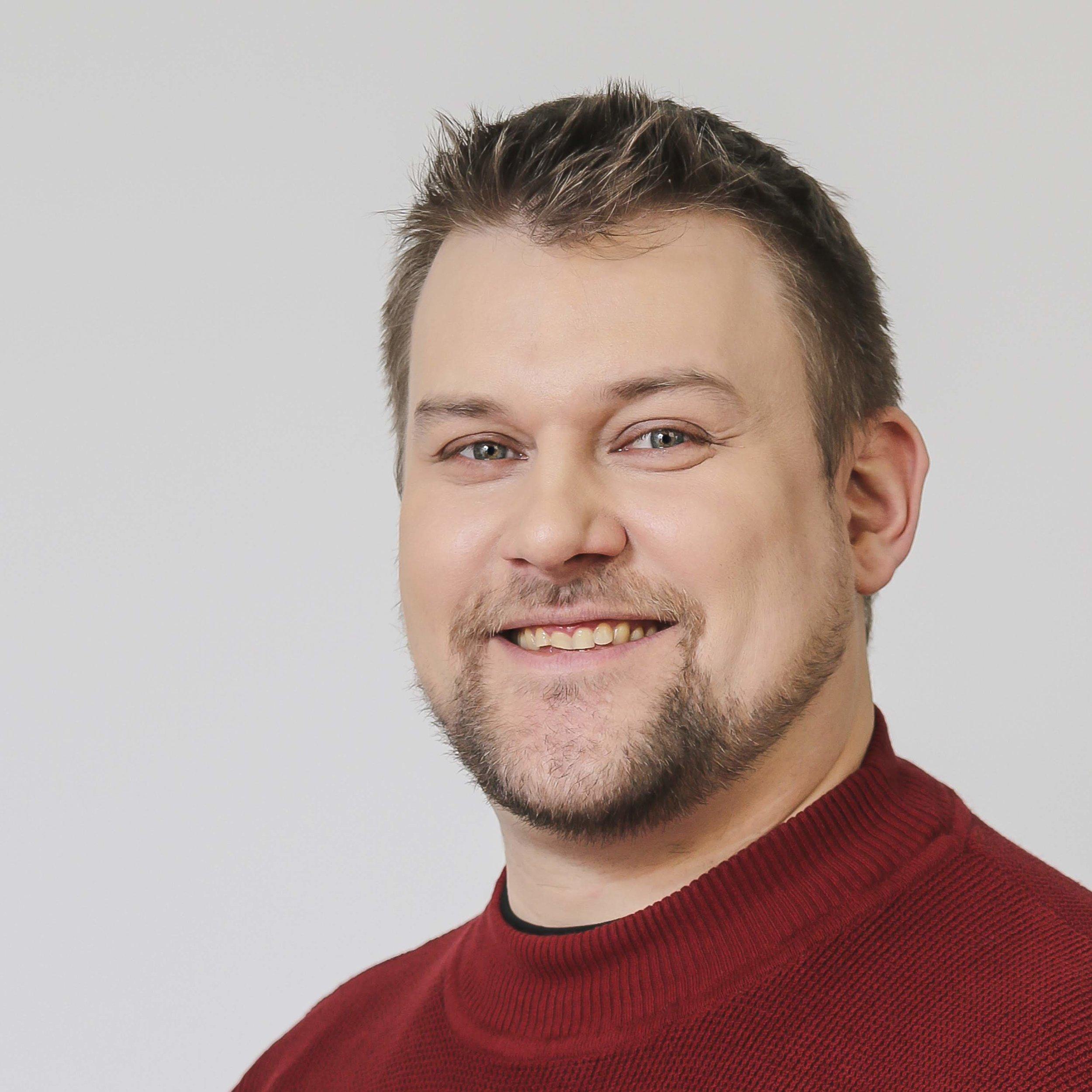 """Henrik Koivuranta - Henrik on Sannan aviomies ja hän työskentelee IT alalla. Podcasteja Henrik on kuunnellut jo joulukuusta 2003 lähtien.Henrik on myös houkutellut Sannaa tekemään podcastia jo heidän häämatkaltaan (2011) alkaen.Koska Sanna's Style vastustaa eläinkokeita, on Henrik myös saanut toimia """"koekaniinina"""" kaikille yrityksen uusille hoidoille ja tuotteille…"""