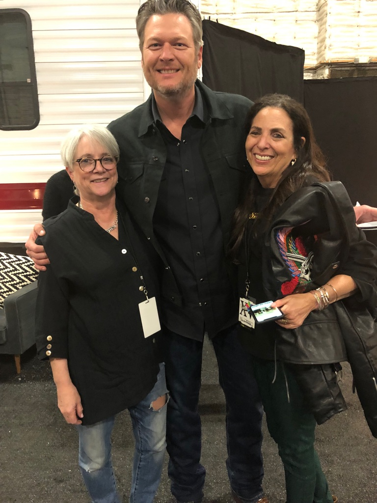 Cofounders Sharon Feldstein and Patsy Noah with Blake Shelton