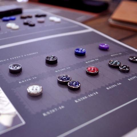 Trims:Linings, Buttons,Thread - Choose your internal lining and lining layout, a button style, collar felt and button thread colour. Trousers with or without belt loops, and do you need extra pockets?