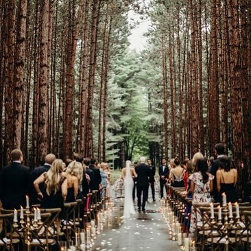 This woodland wedding is stunning! 😍  Where is your dream wedding destination? Let us know! 👇 (pc: Green Wedding Shoes via @pinterest)