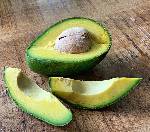 🥑🥑🥑 Hoy es el  #DiaNacionalDelAguacate! Felicitaciones a todos los amantes de una de mis frutas y grasas  favoritas! .  Me gusta comer #Aguacate así como en la foto, al natural solamente con sal, en guacamole y en ensaladas con aceite de oliva que le realza el sabor y multiplica sus beneficios los cuales son muchos: .  Además de las grasas buenas que contiene son fuente de vitaminas, antioxidantes, minerales y fibra. Ayudan a mantener la salud de los ojos gracias a la luteina y zeaxantina que contienen.  También mejoran la digestión, pueden disminuir los niveles del colesterol y los triglicéridos, son excelentes para la piel y hasta pueden ayudar en la prevención del cáncer... Ayudan con la pérdida de peso ya que mantiene la sensación de llenura por más tiempo y ... quienes consumen aguacates tienden a ser personas más sanas!!! .  Y a ti ¿cómo te gusta el aguacate? .  #VidaSanaConCecilia #ComeLimpioSanoYFresco #AlimentosDeVerdad #CeciliaRamirezHarris #Vegan #Vegana #Avocado #GoodFats #SaludNatural #ElDiarioDeMiDetox #MiAyunoIntermitente