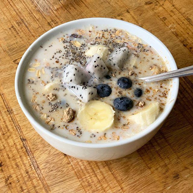 ¡Buen apetito! Este cereal muesli con leche de almendras, frutas y nueces es una forma de romper el ayuno con un desayuno aunque sea la hora del almuerzo 😂😂😂 .  Lo importante es comer alimentos ricos en nutrición y no con calorías vacías, grasas y carbohidratos no saludables. . #VidaSanaConCecilia #AlimentaciónSaludable #Alimentación #Ayuno #Cereal #Muesli #MuesliBowl #Pitaya #Avena #Oatmeal #Banana #Blueberries #ComeSanoLimpioYFresco #SaludNatural #CeciliaRamirezHarris #Vegana #Vegan #PoweredByPlants #ElDiarioDeMiDetox #MiAyunoIntermitente #AlimentacionBasadaEnPlantas #PlantBased