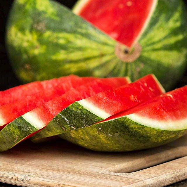 Hoy es el día Nacional de la sandía que además de ser fruta es también un vegetal!!! .  En este caluroso verano es ideal comer 🍉 ya que es un 92 %  de agua lo cual la hacer súper hidratante, pero también es rica en vitaminas como la A, minerales como el potasio y contiene licopene, un poderoso antioxidante. .  Ayuda con la salud de los ojos, el corazón y los riñones. Es antiinflamatoria y alivia el dolor muscular entre otras cosas. .  En #Venezuela🇻🇪 la llamamos patilla... Como la llaman en tu país? 👇 .  #DiaNacionalDeLaSandia #WatermelonNationalDay #Patilla #Sandia #Watermelon #Frutas #Fruits #ComeLimpioSanoYFresco #VidaSanaConCecilia #AlimentosDeVerdad #SaludNatural #CeciliaRamirezHarris #Vegana #Vegan #ElDiarioDeMiDetox #MiAyunoIntermitente