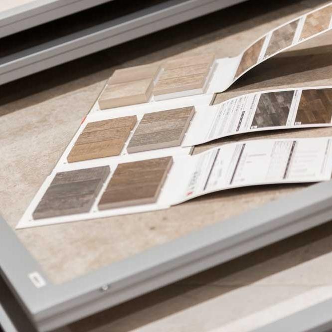 Vielfältiges Sortiment in zwei Ausstellungen - Entdecken Sie die neusten Produkttrends, Design- und Funktionsböden in zwei Ausstellungen mit vielfältigem Sortiment. Kreative Kombinationen und elegante Lösungen inspirieren zu neuen Ideen.