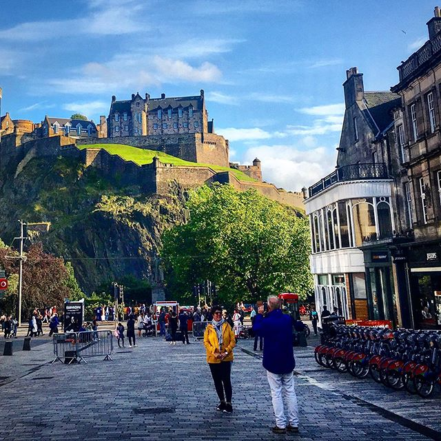 It's taken a year but I'm starting to love where I live again. Seeing it through the eyes of visitors definitely helps. It's crazy in the city in August, but how happy are people to be here?! (When it's not raining... ☔️) #edinburghcastle #edinburghfringe #visitedinburgh #edinburgh #loves_edinburgh #ig_edinburgh #edinburgh_snapshots #myedinburgh #ThisIsEdinburgh  #EdinPhotos