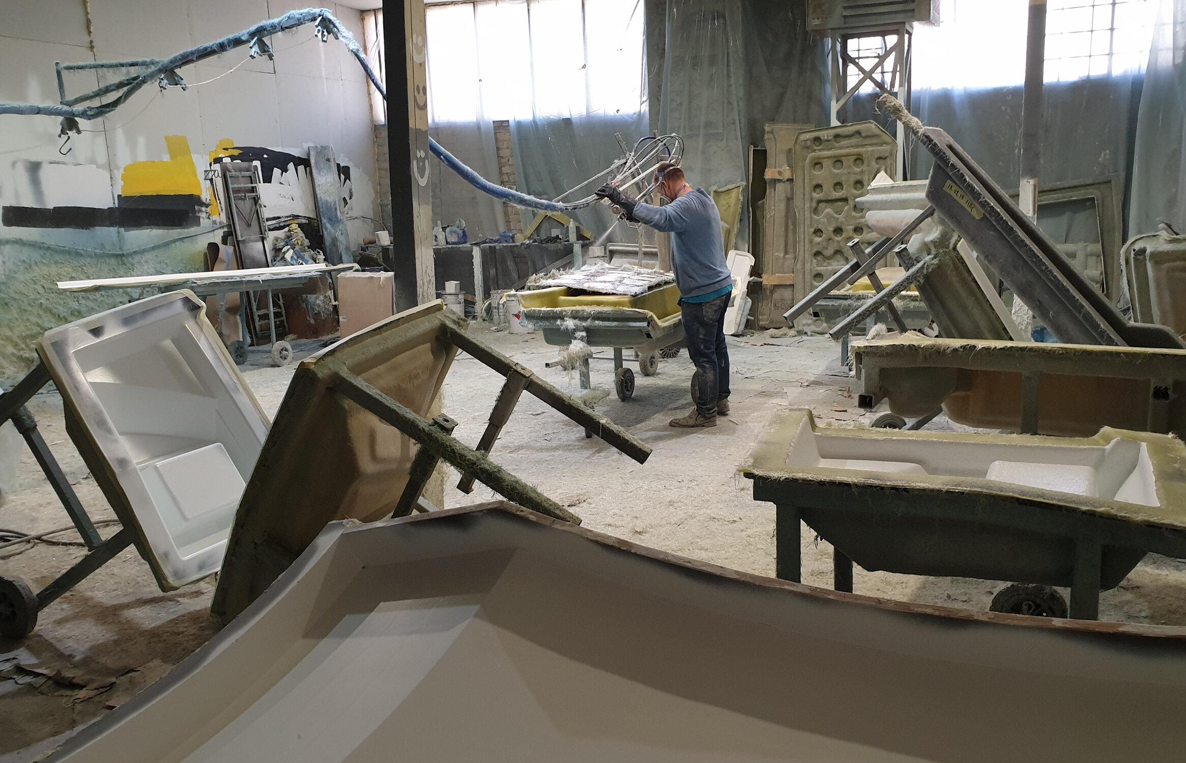 - Tuotantolaitoksemme Suomessa ja Eestissä sekä yhteistyökumppanimme Puolassa mahdollistavat aina oikean tuotantomenetelmän valitsemisen, laadun ja kilpailukyvyn tuotteellesi.
