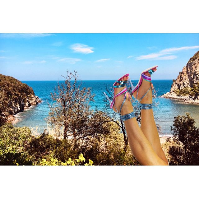 🏝☀️ ISLAND DREAMS COLLECTION 🌺 BIRD OF PARADISE sandal 🌻 Available for pre-order now 💥 on www.gemmaroe.co.uk 🌸 The perfect vacay sandal inspired by my spirit plant - bird of paradise ~ Created by my hand-drawn illustration,  into a digital illustration, to 3D printed leather, into a handmade sandal 🌷 This process took one year to get right from the first sketch ✍🏻 Precious shoes take time, detail, hard work and patience. I am so proud of this sandal and the whole collection, as its been years in the making! ☀️🏝💓 Always believe in your dreams and never give up as one day, step by step, your dreams will become reality ✨💫🌸 Link in bio 🌴 #Launch #NewCollection #BirdofParadise #ShoesWithSoul #IslandDreams #MadeInItaly #GemmaRoe . . . #shoes #design #shoelovers #luxury #shoegram #fashion #fashionblogger #dreamshoes #shoelovers #italy #summer #island #heels #tropical #handmade #style #flowers #fashionweek #lfw #style #flower #holiday #vacay #travel #graroundtheworld