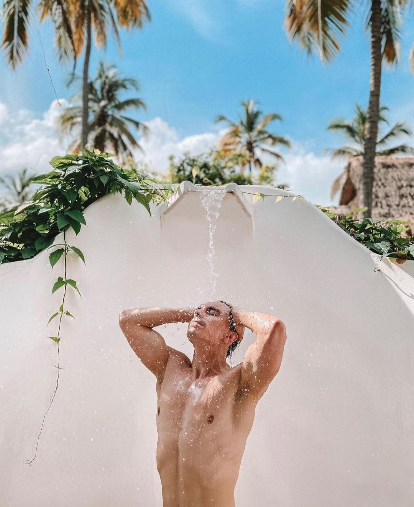 Buenos Días ☀️ Rise & Shine... Nada cómo empezar el día con una ducha de sol al aire libre  🚿☀️🌴 . outdoor jungle shower dreams at @gitanadelmarbeachresort  . . 📸 @camiloherreraph  #gitanadelmar #sunshower #outdoorshower #jungleshower #goodmorning #buenosdias #tropicalparadise #naturehotel #boutiquehotel #wellness #renew #recharge #connecttonature