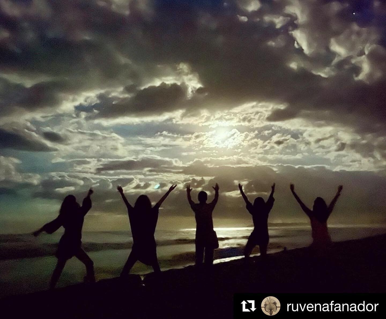 """Repost @ruvenafanador ✨ . . """"Luna de los océanos... Antorcha que das paz a los caminantes..."""" • Moonlight Gratitude...  . @Tutina_DeSantos @AnaGonzalezRojas @ClaudiaCastroLopez @MafeHoyosl @LilaArias #ParcheGitano @gitanadelmarbeachresort  . . #gitanadelmar #moonlightgratitude #parchegitano"""