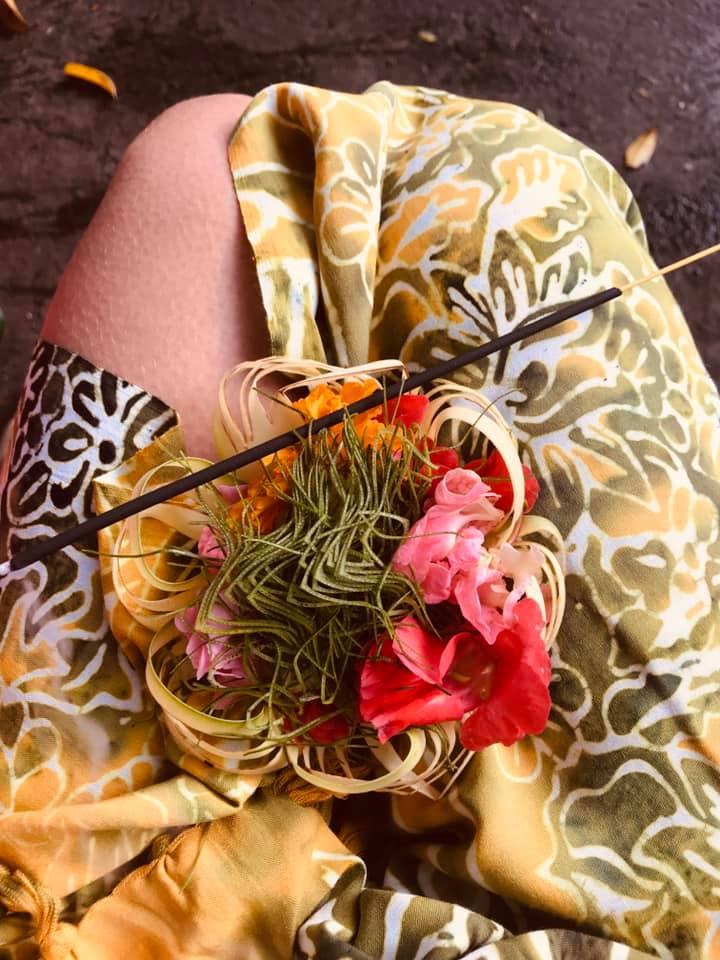 Opfergaben aus Blumen und Räucherstäbchen für die Wassergöttin beim heiligen Tempel, wo wir als Frauen im Kreis unsere Gebete geben und um Reinigung und Segen bitten.