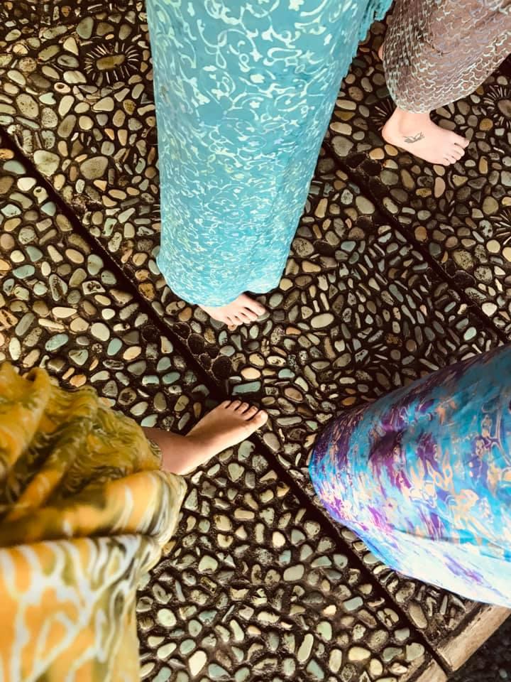 Sarongs sind die wohl schönsten und gemütlichsten Stoffe, um sich leicht und frei als Frau durch das warm - feuchte balinesische Klima zu bewegen.
