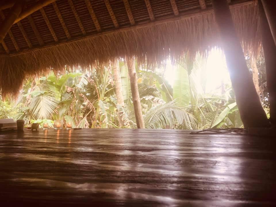 Das ist unsere Yogashala während unserer  Sacred Water Immersion  - hier praktizieren wir. Meditieren. Chanten. Beten, Tanzen. Und sitzen gemeinsam im Kreis der Frauen, um tief in das Mysterium des Wassers zu tauchen.