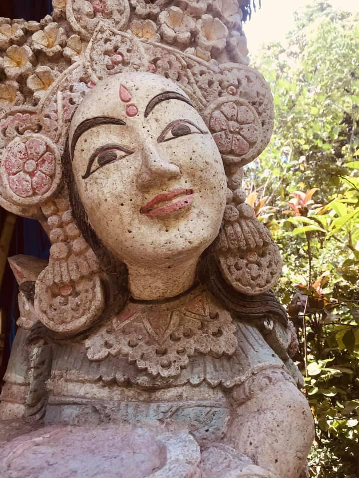 Das Weibliche in Dir nähren. Ankommen im Körper. Dich selbst als Tempel erleben. Bali ruft dich zurück. In die Medizin der Mutter Erde. In dein Becken. Und die Sinnlichkeit des genussvollen Frau Seins. Umgeben von den heilenden Energien des Dschungels. Der feuchten Luft die dich öffnet. Nicht nur deine Haut - auch die Sanftheit deiner Weiblichkeit. Alexia Daksha Damini und ich öffnen die Tore für unser Sacred Waters Modul. Hier auf Bali. Der Insel, der uralten weiblichen Kraft der Göttin. Genährt. Geheilt. Getragen. Mitten im Ozean der großen Gebärmutter, die uns umhüllt. Wir öffnen das Mysterium der heiligen Weiblichkeit. Zusammen. Im Kreis der Frauen. Together we rise. In unserer  @shakti_academy .