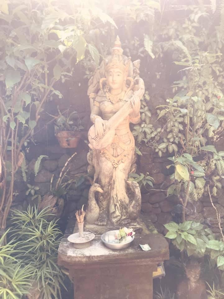 Sakti Saraswati begleitet uns mit ihrer Kraft während unserer Sacred Waters Immersion hier auf Bali in unserer  Shakti Academy .  Das erste Mal sah ich Saraswati in einer Vision, während wir ihre zutiefst weibliche Energie beim Mantra chanten riefen. Sie erschien mir als weiße Göttin und Hüterin des großen Mutterflusses Ganga in Indien. Dort sitzt sie, spielt ihre Vina, gibt sich dem Klang hin und schöpft die Veden in wunderschöner Sanskrit Schrift in die Welt der Menschen. Saraswati ist die Shakti der Künste, denn aus ihr und durch sie finden Musik und Poesie ihren Eingang in die Welt. Sie ist die Hüterin des Wissens, der Weisheit und der Kunst.  Als nährende Göttin ist eines ihrer Attribute ein Wasserkrug. Auf Bali ist sie die Beschützerin der Insel, denn hier fliessen die Wasser aus allen Poren der Erde. Der Saraswati Fluss entspringt hoch oben im Himalaya und findet seinen Weg fliessend durch das Land Indien. Wasser ist als eines der fünf heiligen bhutas ein zutiefst weibliches, fliessendes, sanftes, reinigendes und nährendes Element. So führt uns Saraswati an diese Qualitäten als Frauen heran. Sie öffnet das Tor hinein in die leichte Kraft des Seins, die sich am Wesen der Kunst und der Kreation erfreut. Und sie zeigt uns den Weg hinein in unser kreatives Potential - aus dem wir die Visionen für unser Leben schöpfen.