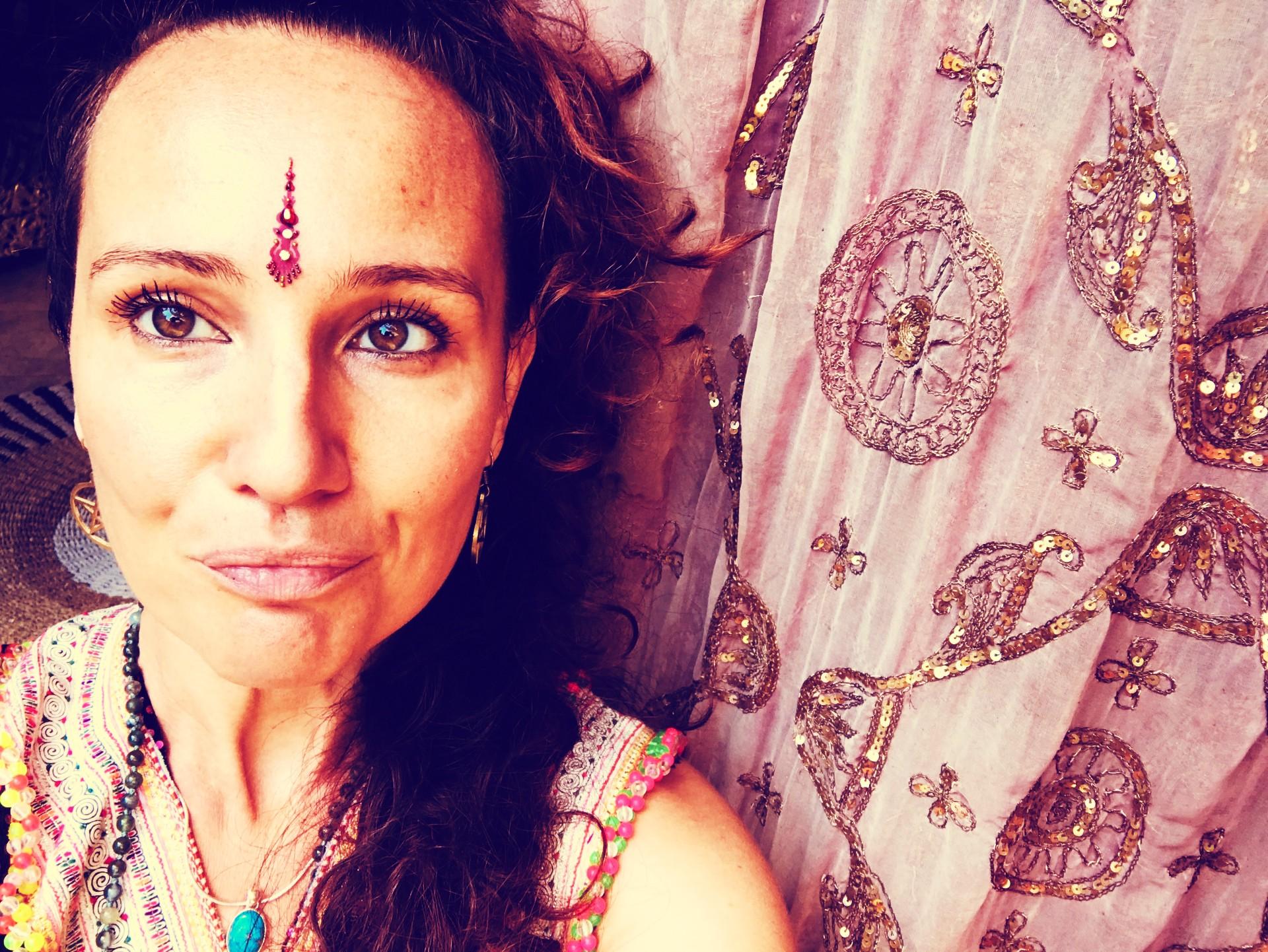 Lakshmi Frau… - Sie liebt das Leben. Denn es reflektiert ihre eigene Schöpferinnenkraft. Sie schöpft aus der Fülle der Visionen in ihrer Gebärmutter. Denn sie weiß, dass dort der ganze Reichtum ihres Seins liegt. Sie ist schön. Von innen heraus. Denn sie kennt den Weg zu ihrem Strahlen. Das aus einer tiefen Dankbarkeit dem Leben gegenüber entspringt. Sie ist Göttin - in Menschenform. Und hat die Selbstliebe zu einem täglichen Ritual gemacht.