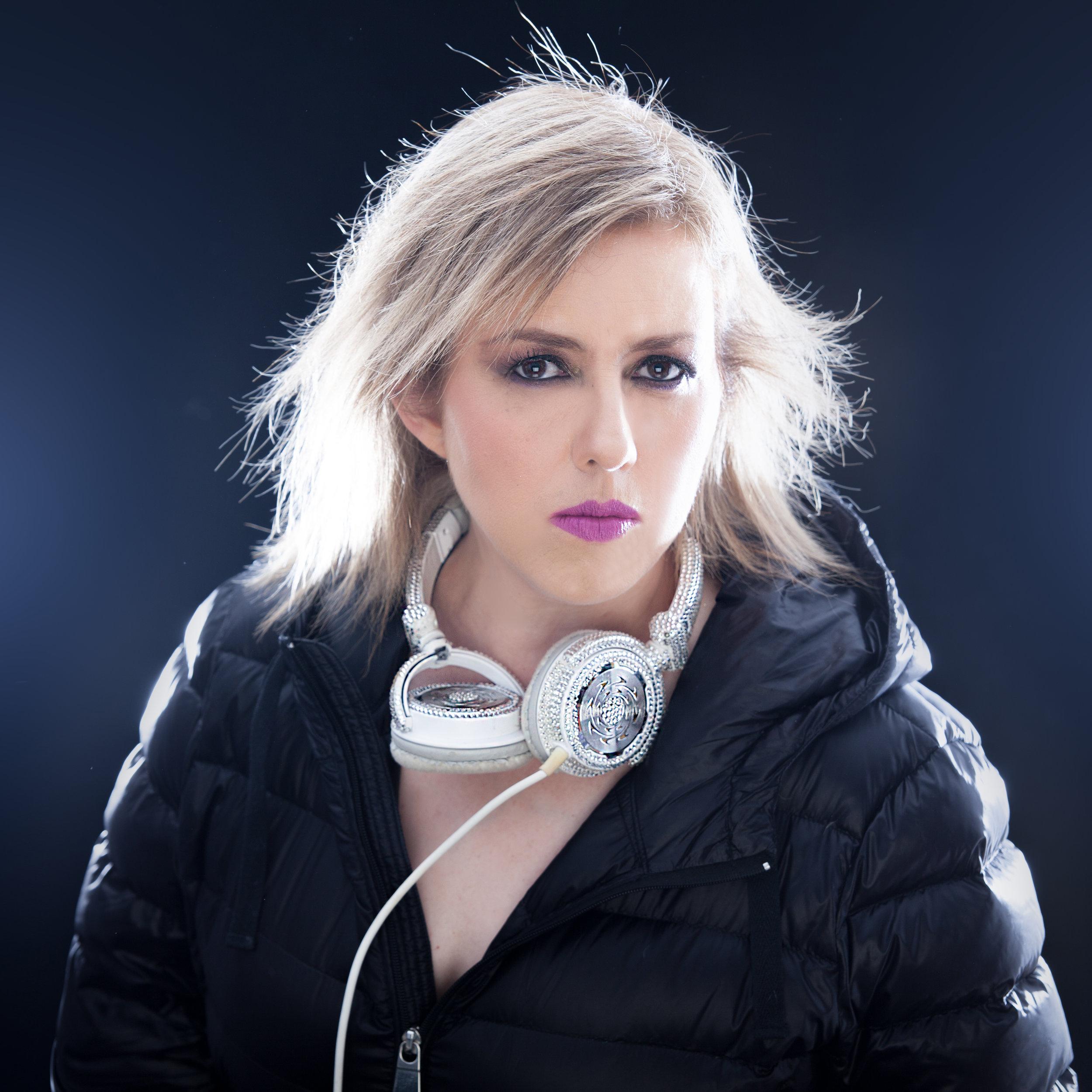 XÓCHITL LUJÁN   Con estudios de Psicología y Mercadotecnia con más de 25 años en el mundo del entretenimiento, CEO de la empresa Suono Produc- tions & Beat Fashion, creadora del concepto DJ World.